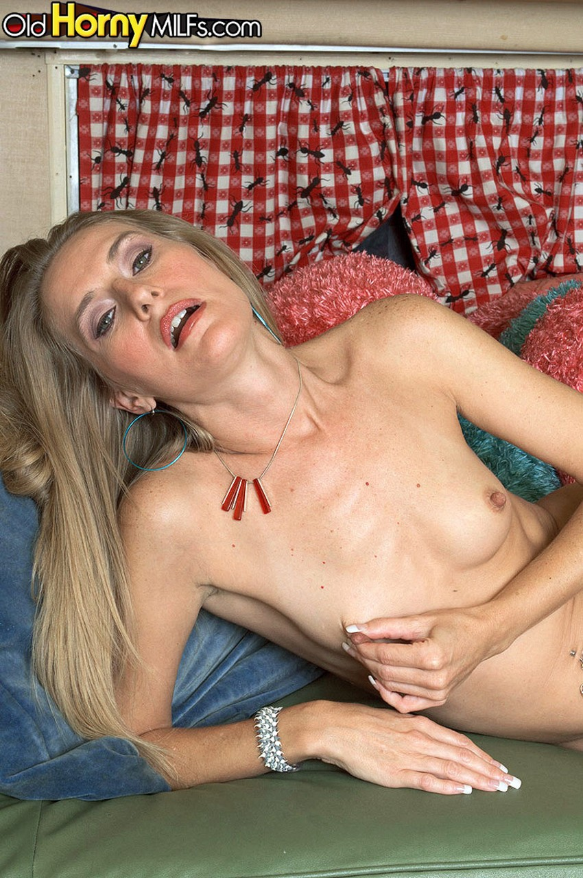 Slim lady Brandy Smith uncovers her tiny tits prior to masturbating