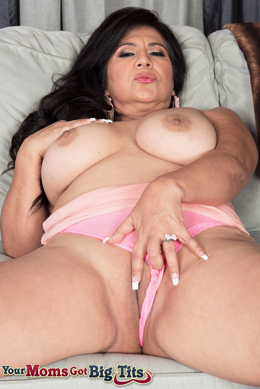 mature women sucks monster white dick