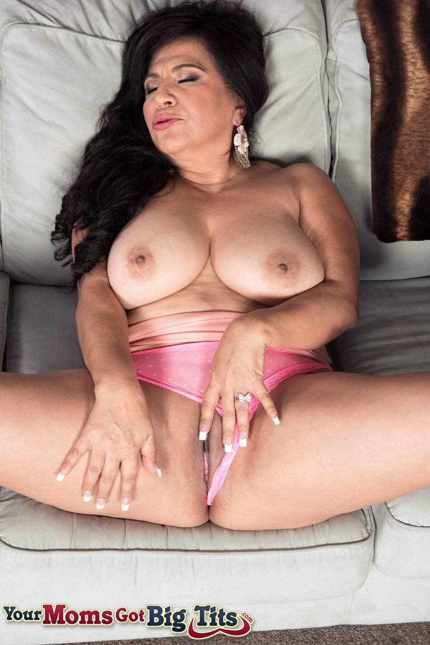 Amateur Latina Mom Sucking