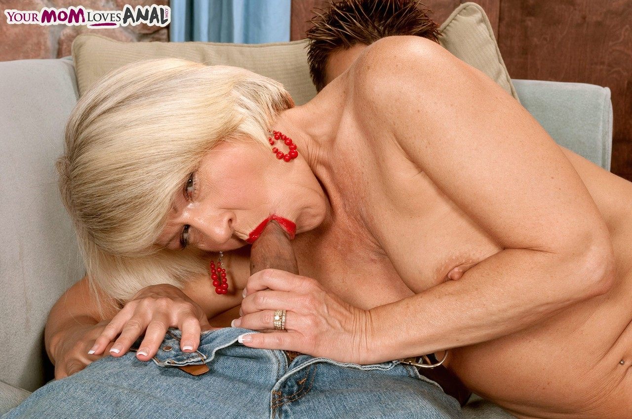 Young guy enters asshole of mature blonde lady after visiting her wet holes