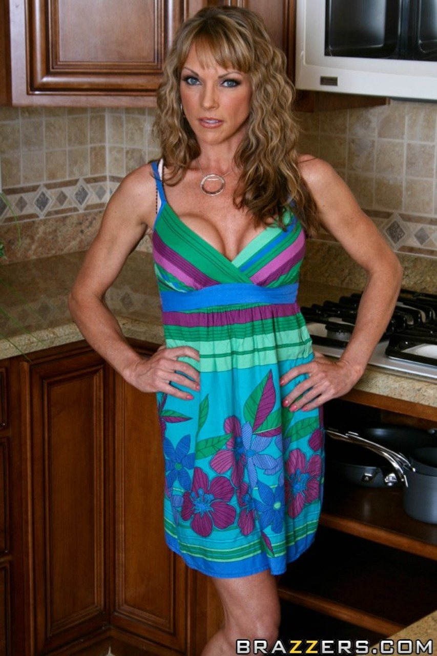 Curly-haired housewife Shayla Leveaux has nude photo session in ...