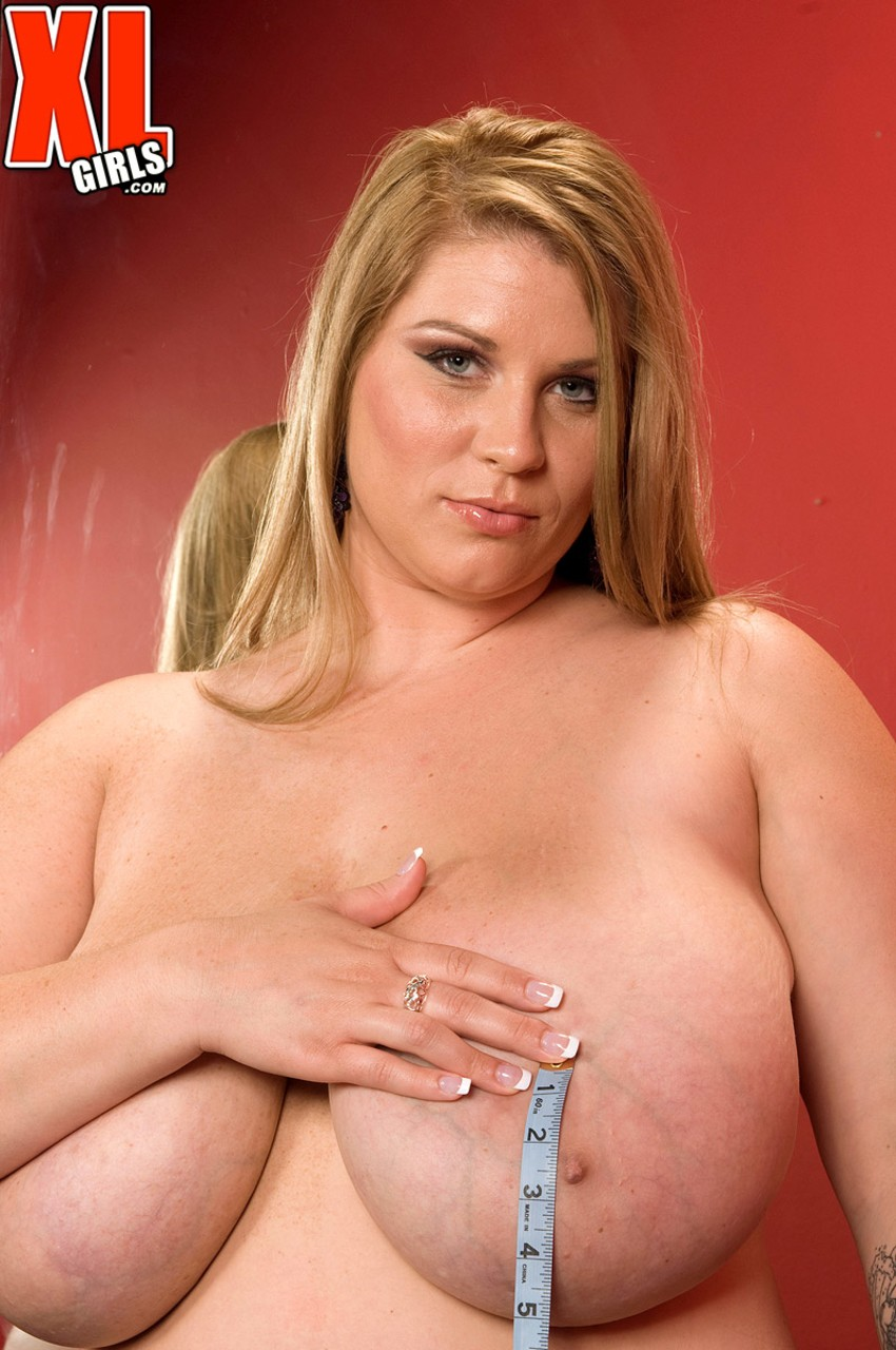 Chubby blonde Renee Ross knows everything about big bras and shows it why