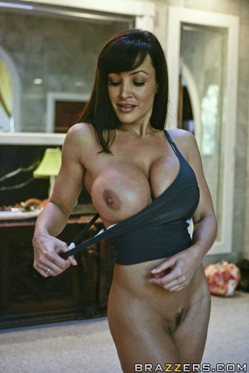 ... Famous pornstar Lisa Ann exposes her huge boobs during daily routine ...