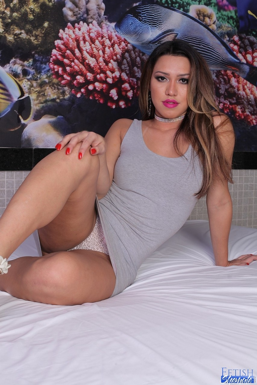 Sexy Shemale Yume Farias Shows Off Her Splayed Toes And The Soles Of Her Feet Pornpics Com