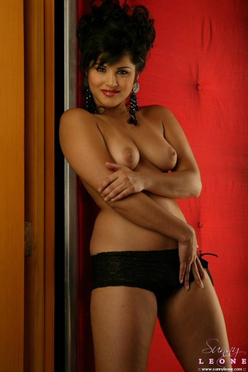 Indian Fuck Symbol Sunny Leone Demonstrates Her Excellent Body In The Red Room