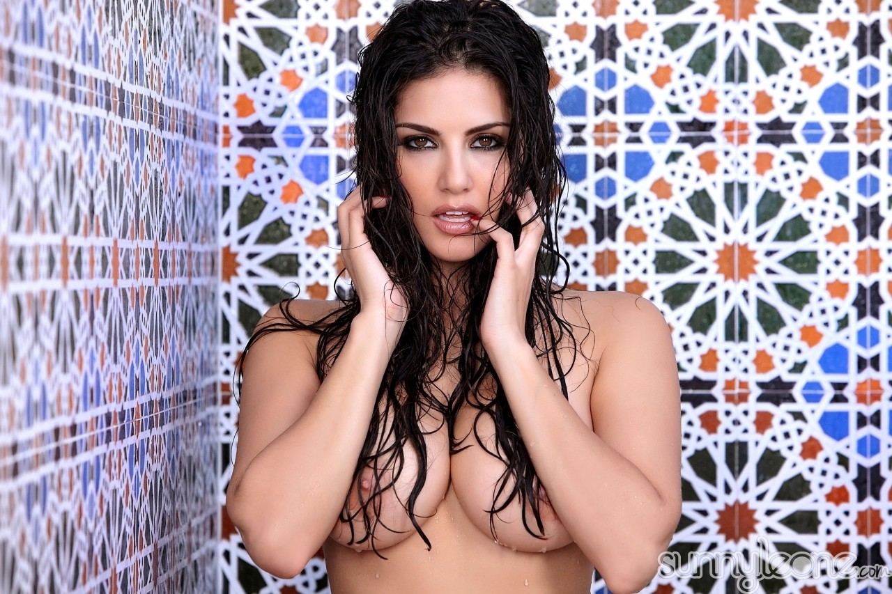 Famous model and pornstar with Indian roots Sunny Leone poses nude in shower