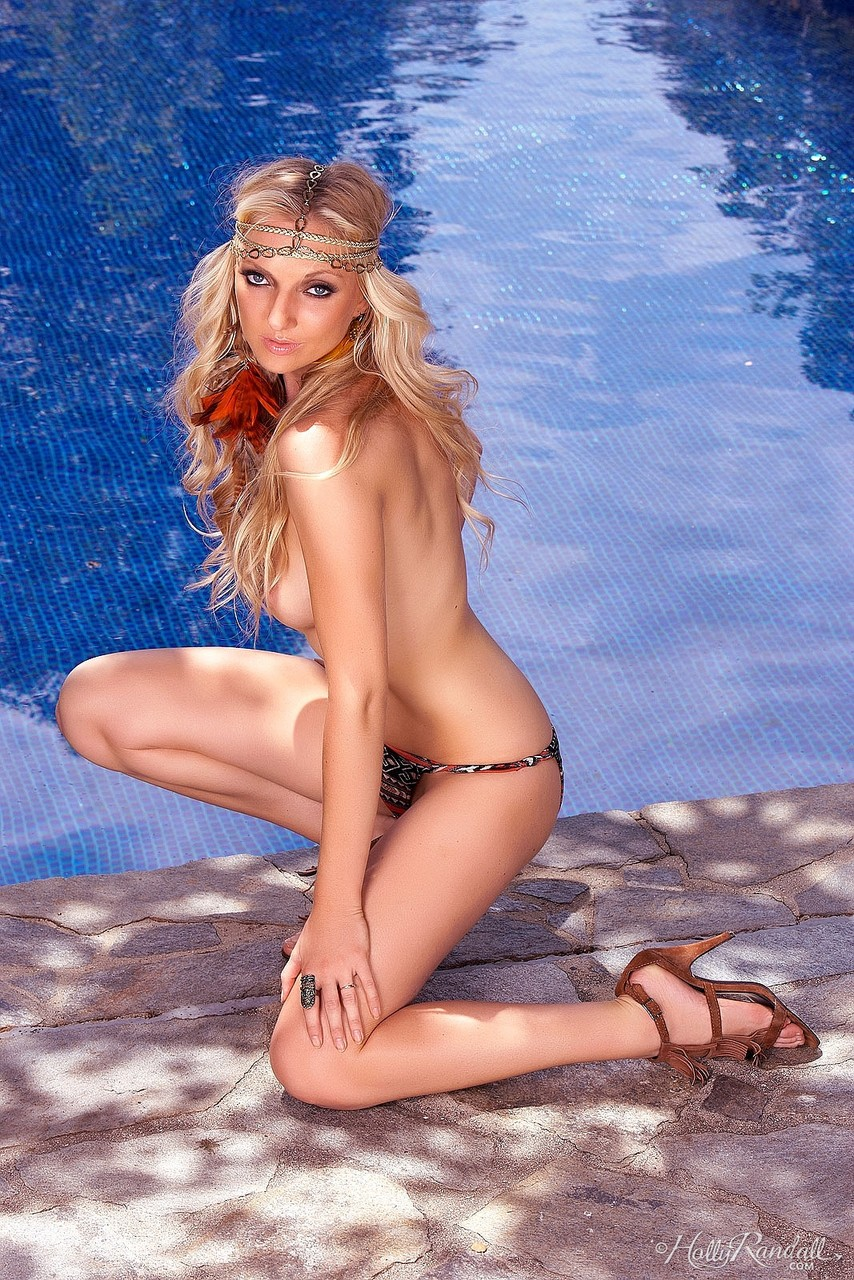 Blonde gypsy girl Tiana Hunter reveals her skinny body after a swimming pool