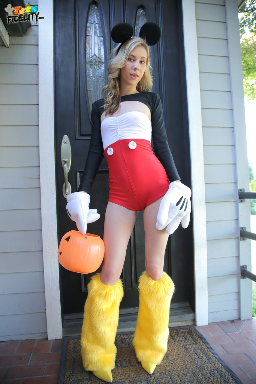Great cosplay chick Tysen Rich has great natural tits and a skinny body