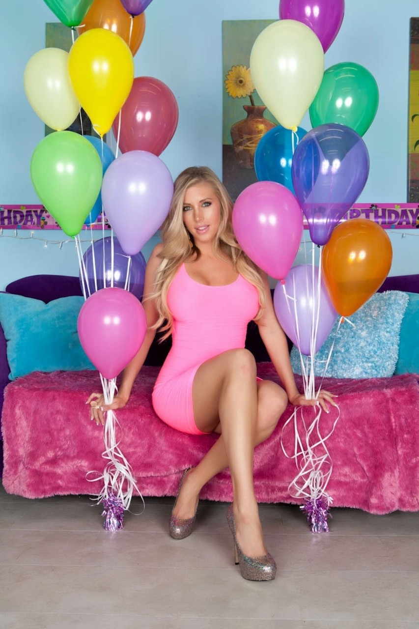 Blonde milf with big tits Samantha Saint shows off her beautiful pussy