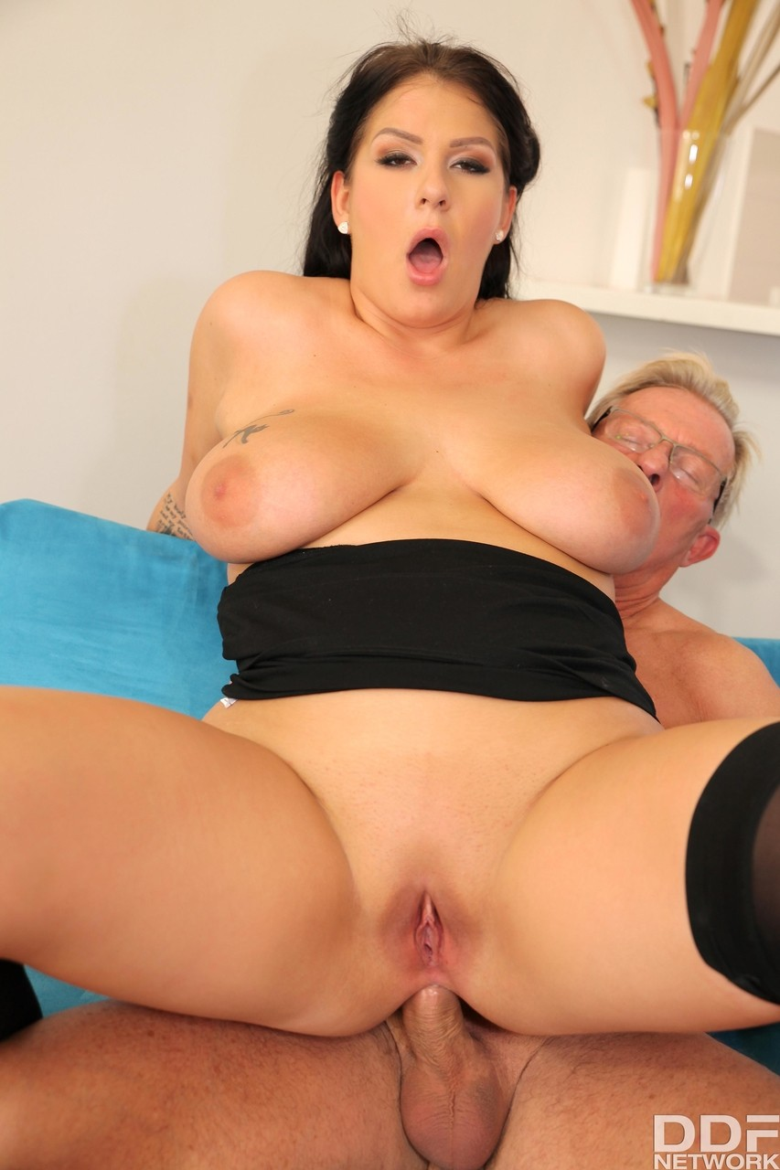 Kira Queen And Anissa Jolie Are Having A Crazy Orgy