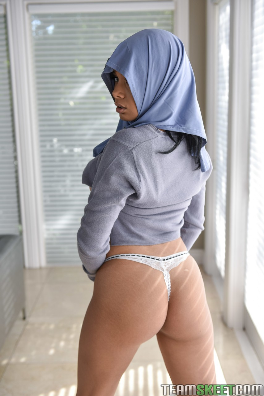 Busty beauty Aaliyah Hadid peels her skintight pants to spread her bubble butt