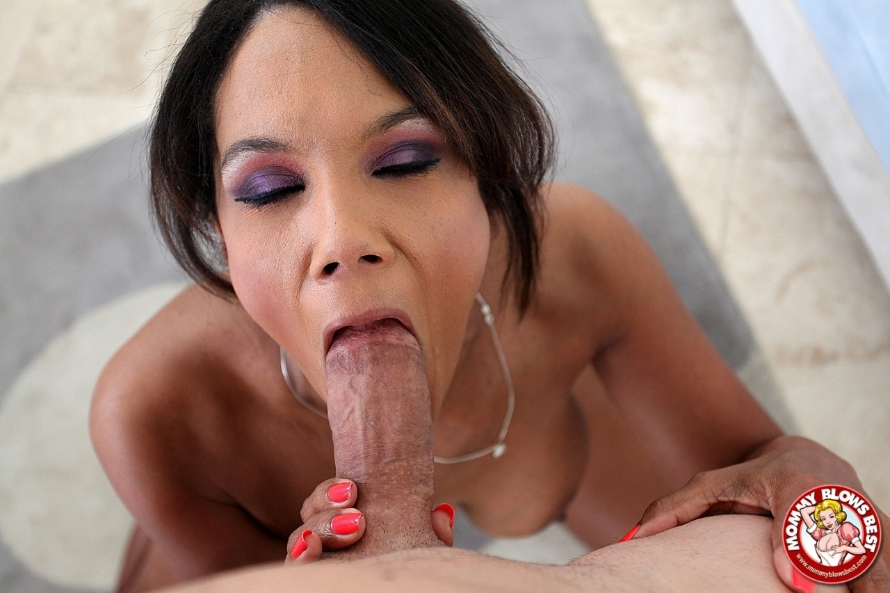 Dirty cougar Anjanette Astoria kneels down to get face fucked and facialed