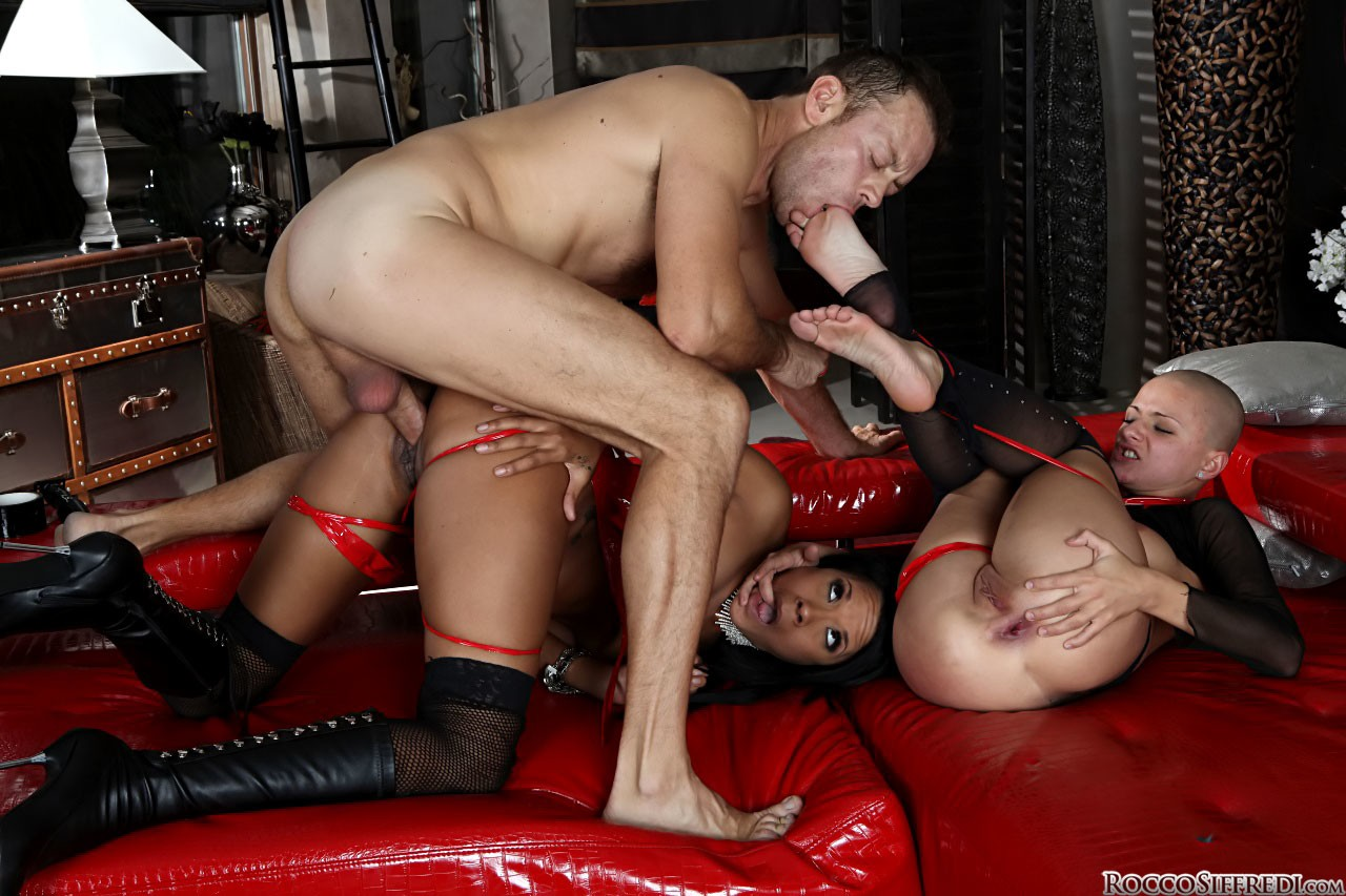 Hot ass stuffing in threesome
