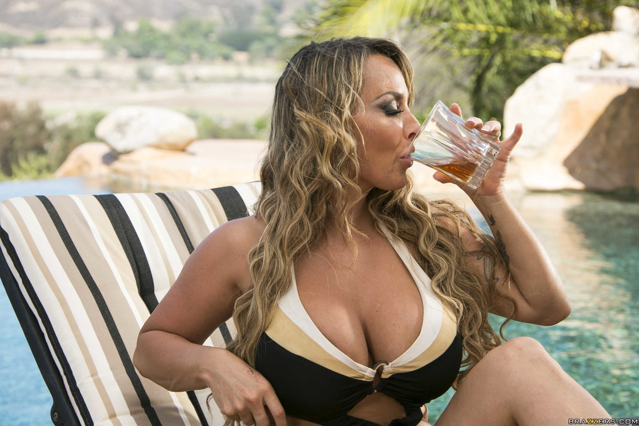 Thick blonde Diamond Foxxx  stacked brunette Holly Halston in poolside 3some