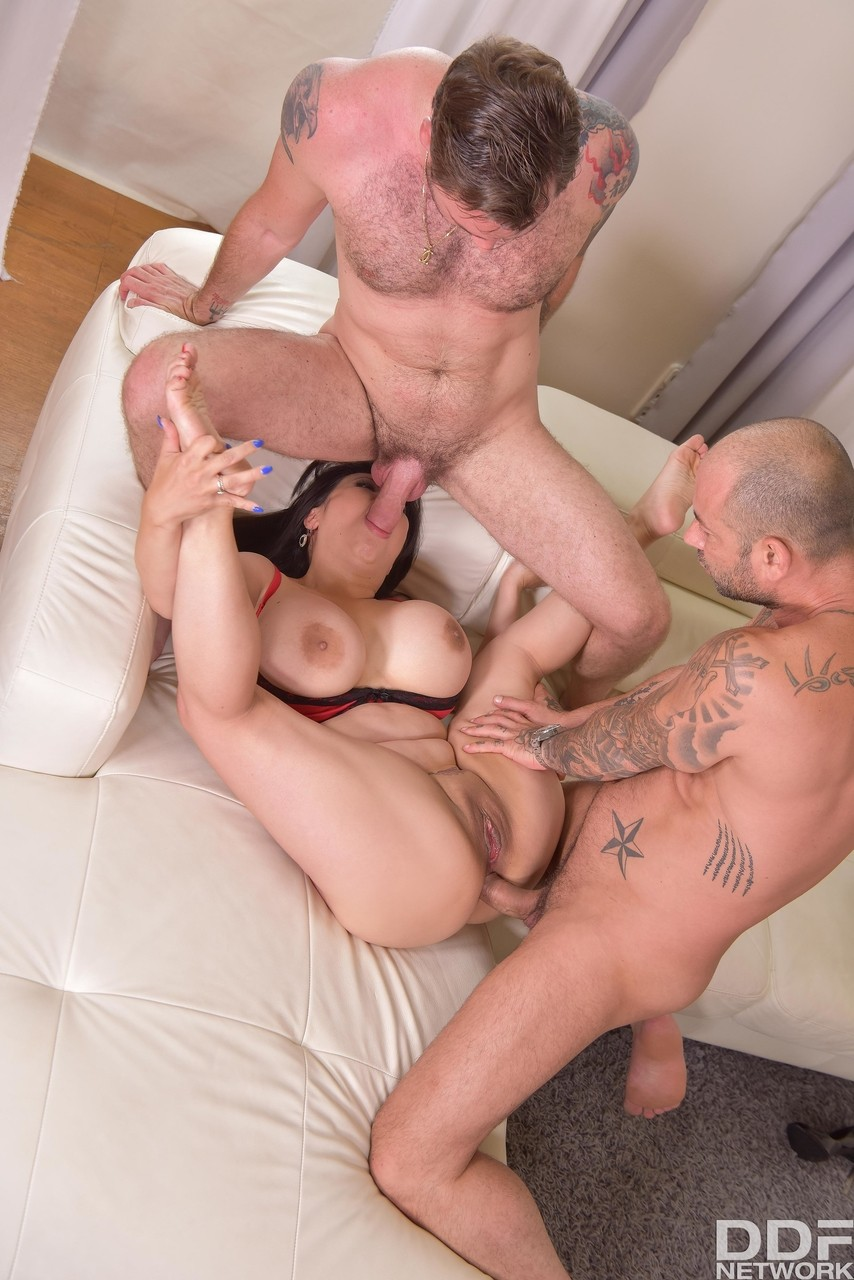 Chubby stacked Tigerr Benson gets balls deep pussy fucking in MMF threesome