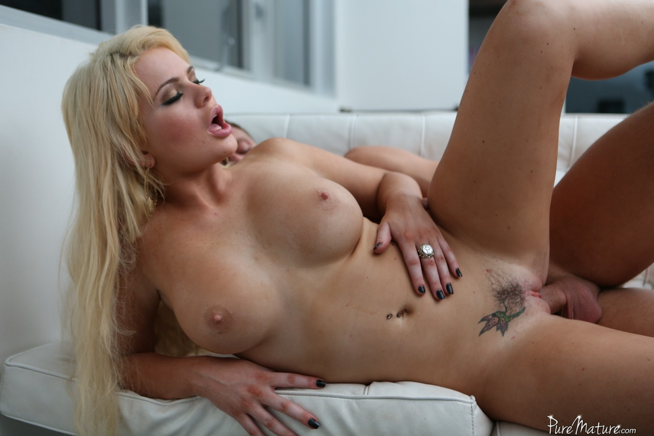 Blonde MILF Alexis Ford fucks and takes sperm on her trimmed muff