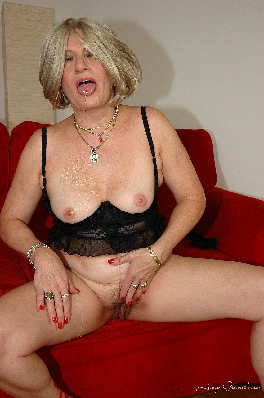 Chubby mature milf with a blond wig highers an Arab hung fucker