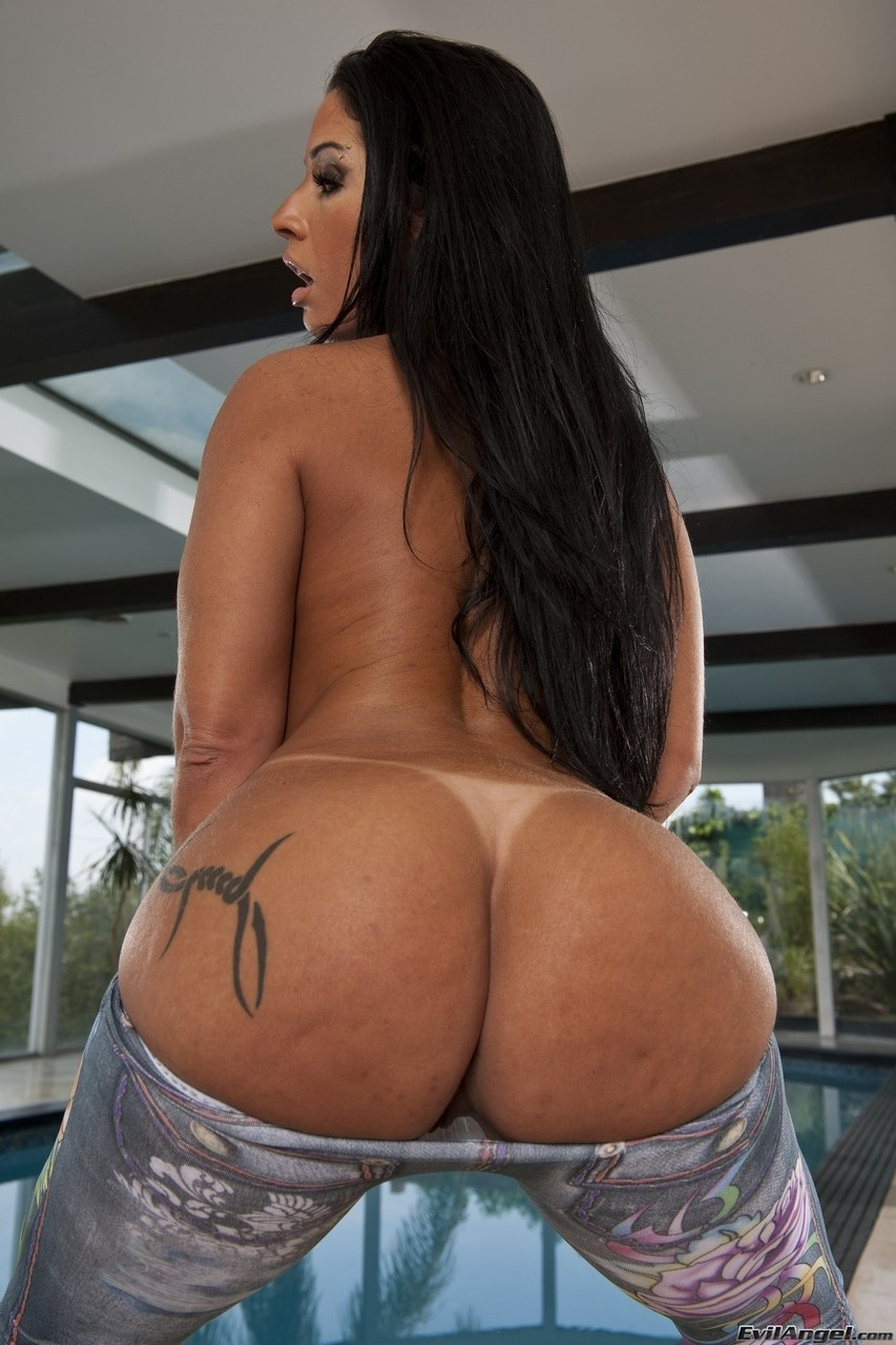 Super hot Brazilian darling Monica Santhiago reveals her large butt
