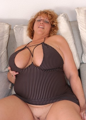Mature BBW Jammin Jennie takes off her glasses and engages in oral sex