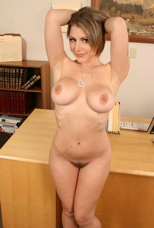 Sexy receptionist Velicity Von moonlights as a nude model at work