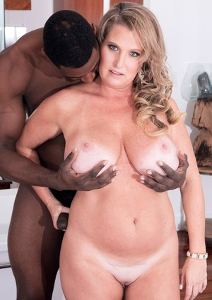 Big boobed mature woman Candace Harley seduces her black hubby in the tub