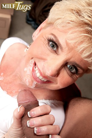 Hot MILF Taylor Lynn giving a blowjob before getting a cumshot on her face