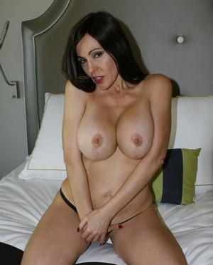 Hot middle-aged lady Raquel Sieb showcases her bald twat after undressing