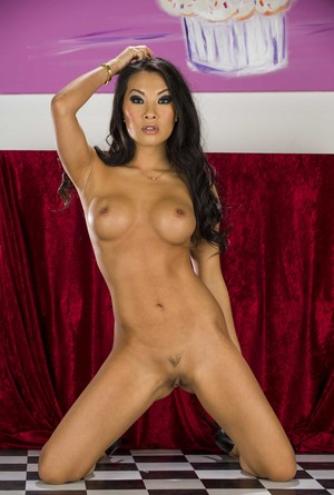 Asian pornstar Asa Akira gets rid of her sexy outfit and shows her goodies