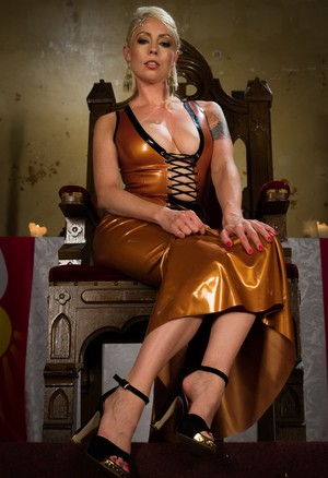 Hot blonde female Lorelei Lee releases her tits from her latex dress