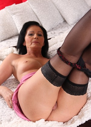 Mature Rayna S wears stockings while playing with her drenched cunt