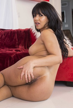 Hot Latina MILF flaunts her oil covered booty after removing her clothes