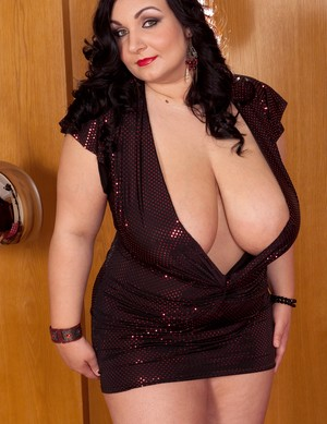 Big girl Raquel Grant shows off her big natural tits and her fat pussy
