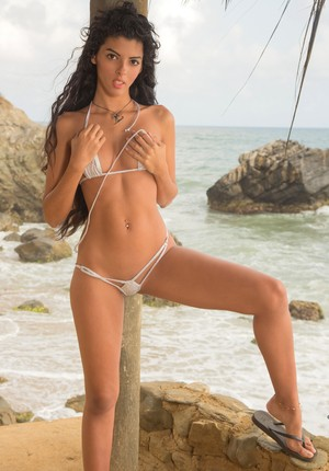 Horny Angela Diaz loves to show her amazing naked body by the beach