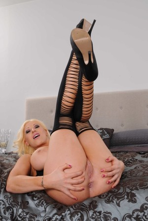 Hot blonde chick Candy Manson spreads her ass cheeks in sexy stockings