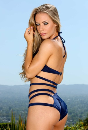 American bombshell Nicole Aniston takes her sexy swim suit off and poses