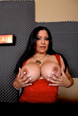Latina MILF Sophia Lomeli amazes with big natural boobs in her first photoset