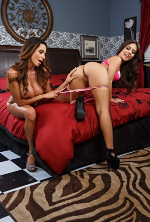 Sensational Ariella Ferrera and Jynx Maze grope each other's big knockers