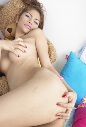 Lonely shemale babe Anny displays her beautiful body and tiny dick