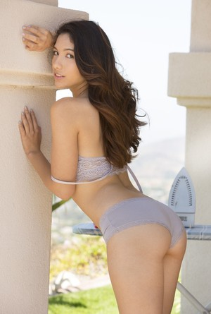 Solo girl Melody Wylde has an ass to die for and lives to flaunt it