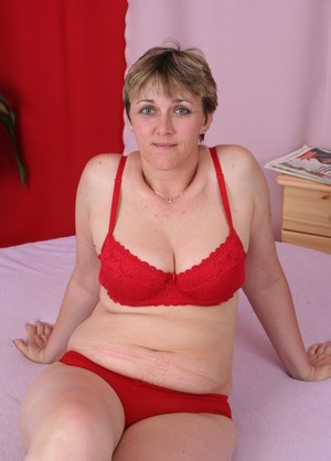 Short haired mature bitch Isis sucks some fat dick in 69 and rides it
