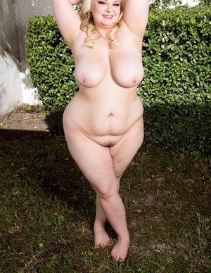Blonde BBW Lucy Lenore undresses tight leggings and big bra in the fresh air