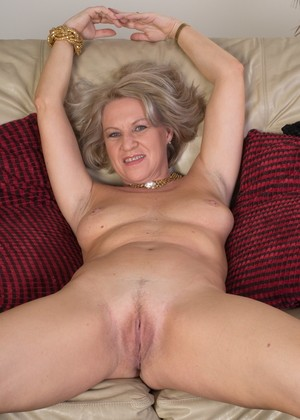 Mature lady unzips in teasing manner prior to masturbation session