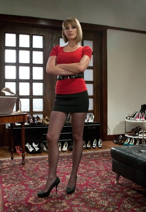 Maitresse Madeline Marlowe flogs a man she caught sniffing her heels
