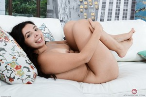Dark haired Salvadorian lady Luna Leve folds her labia lips back