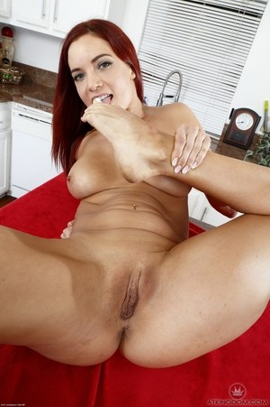 Barefoot redhead Jayden Cole shows her spayed toes with her twat wide opn