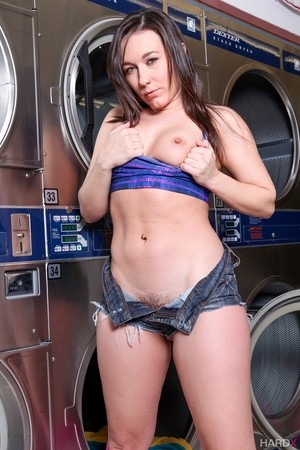 Sinn Sage has no time to turn washing machine on but has time to strip down