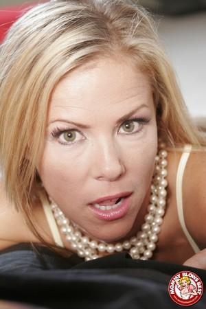 Seductive cougar Kayla Synz gets down on her knees for some fresh meatpole