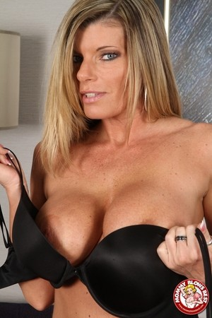 Big boobed mom Krystal Summers strips and gives an epic POV head