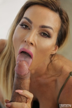 Fit MILF Aubrey Blackstrips her tight blue jeans off and swallows a BBC