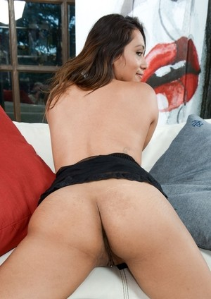 Latina MILF Mia Rodriguez demonstrates her pussy decorated with piercing